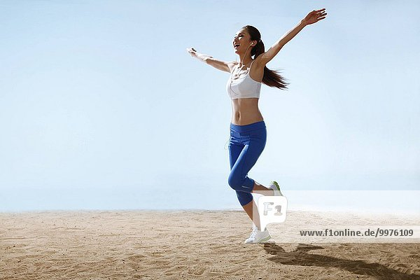 junge Frau junge Frauen Strand rennen