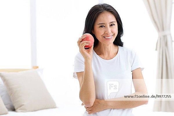 Frau reifer Erwachsene reife Erwachsene halten Apfel