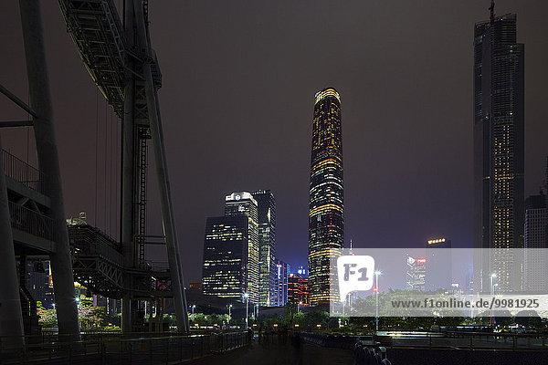Wolkenkratzer bei Nacht  New Town  Guangzhou  Guangdong  China  Asien