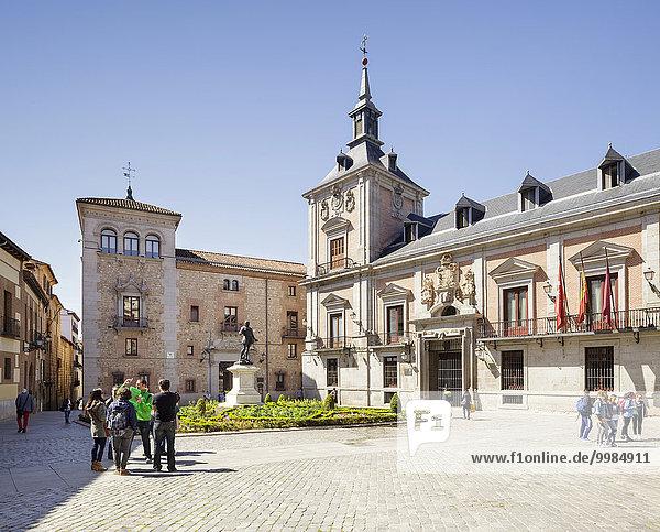 Plaza de la Villa mit Casa de la Villa  ehemaliges Rathaus  und Casa de Cisneros und die Statue von Alvaro de Bazan  Madrid  Spanien  Europa