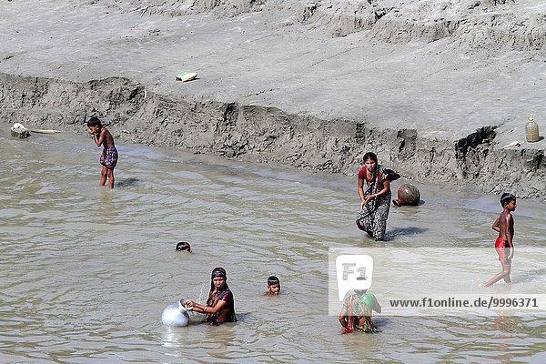 Frau Fotografie Fluss Indianer herzförmig Herz schwimmen Ziehbrunnen Brunnen Bangladesh Oktober