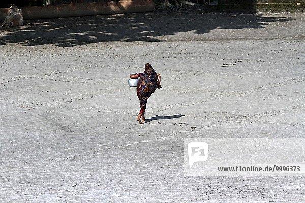 Wasser Frau Fotografie Fluss Indianer sammeln herzförmig Herz Ziehbrunnen Brunnen Bangladesh kassieren Oktober