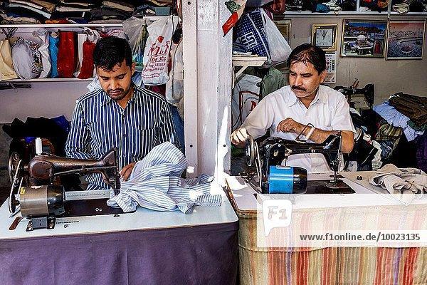 Nähmaschine Mann Handel arbeiten Beruf Schneider Damm Bombay Indien Markt