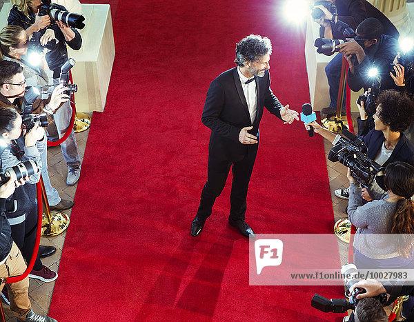 Prominenz auf rotem Teppich von Paparazzi interviewt und fotografiert