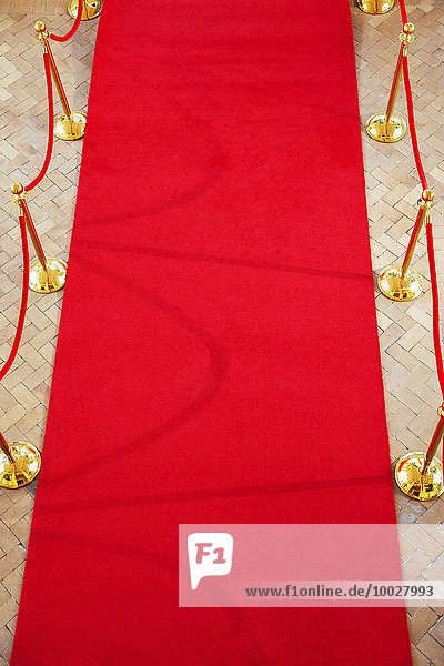 Hochwinkelansicht des leeren roten Teppichs