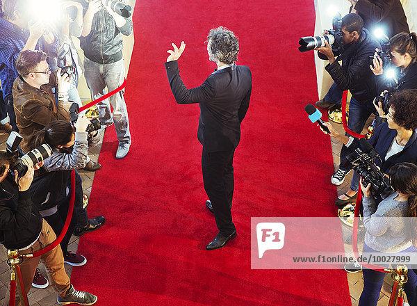 Berühmtheit bei der Ankunft auf dem Roten Teppich und beim Fotografieren von Paparazzi