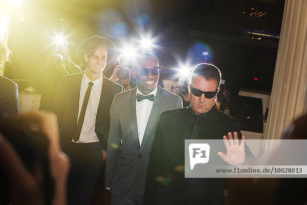Bodyguard begleitet Prominente  die zur Veranstaltung kommen und von Paparazzi fotografiert werden.