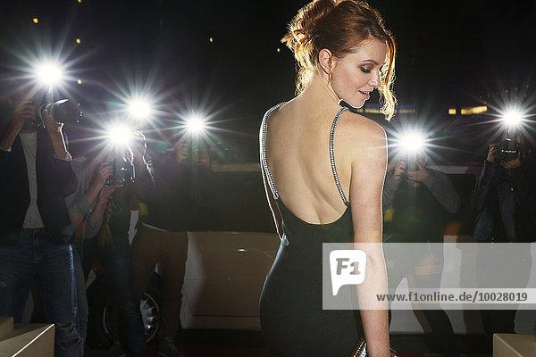 Prominente in schwarzem Kleid von Paparazzi-Fotografen fotografiert