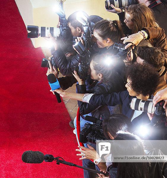 Paparazzi-Fotografen fotografieren auf dem Roten Teppich