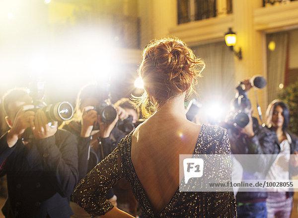 Prominente werden von Paparazzi-Fotografen bei der Veranstaltung fotografiert.