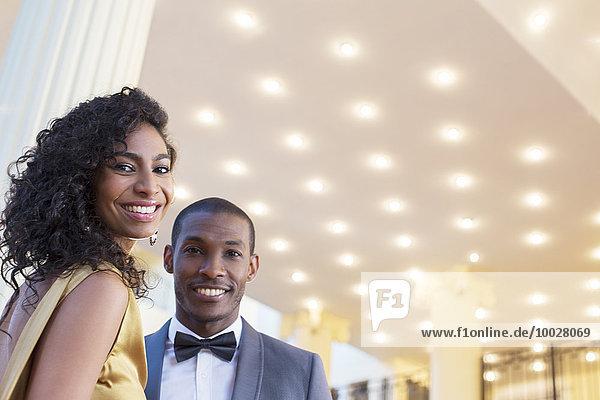 Porträt eines gut gekleideten  lächelnden Paares