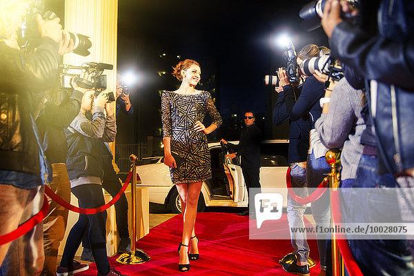 Prominente kommen und posieren für Paparazzi-Fotografen auf dem roten Teppich