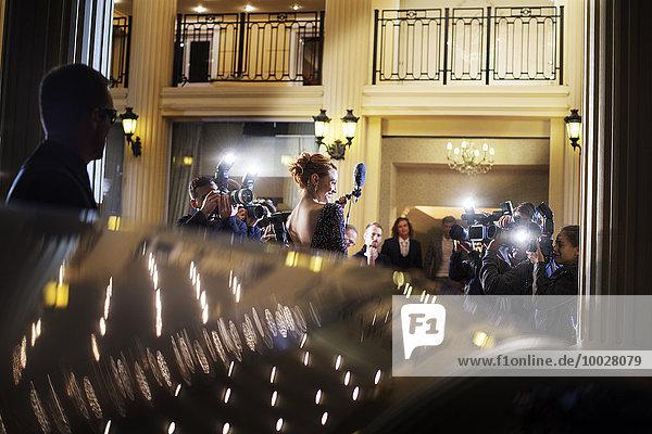 Berühmtheit  die zum Event kommt und von Paparazzi fotografiert wird.