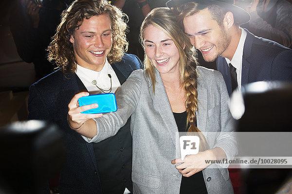 Fan nimmt Selfie mit Prominenten mit auf die Veranstaltung
