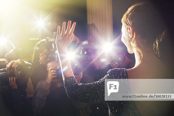 Promi-Wellen für Paparazzi-Fotografen bei der Veranstaltung
