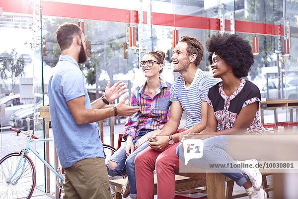 Freunde  die sich unterhalten und im Cafe rumhängen.