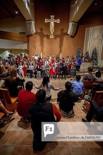 Frau Kirche Weihnachten Gesang Kalifornien Fokus auf den Vordergrund Fokus auf dem Vordergrund katholisch Regisseur
