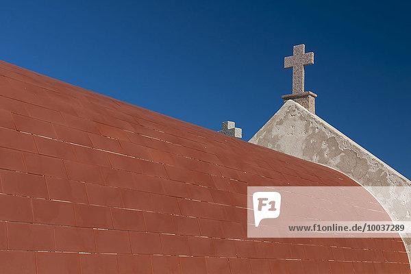 Dach mit Kreuz am Friedhof Cimetière marin de Bonifacio  Korsika  Frankreich  Europa