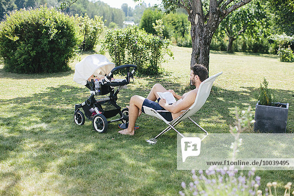 Menschlicher Vater Garten Kinderwagen