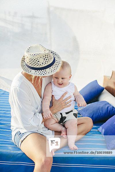 Bett Außenaufnahme Mutter - Mensch Baby spielen