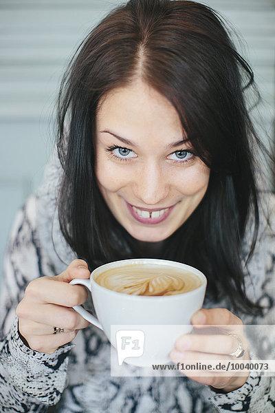 junge Frau junge Frauen Tasse Kaffee