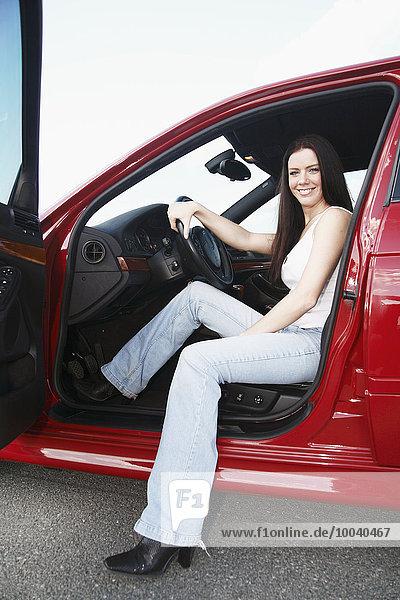 sitzend junge Frau junge Frauen lächeln Auto