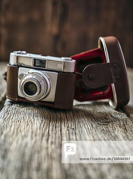 Antike Kamera auf altem Holz