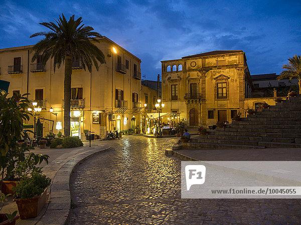 Italien  Sizilien  Cefalu  Restaurants auf der Piazza del Duomo am Abend