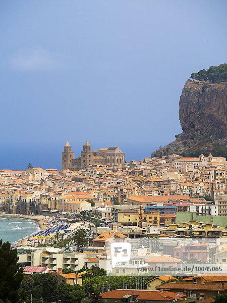 Italien  Sizilien  Cefalu  Ansicht von Cefalu mit Cefalu Kathedrale