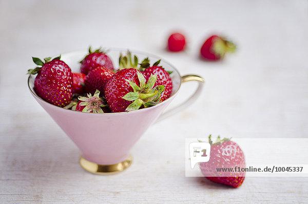Frische Bio-Erdbeeren im rosa Becher