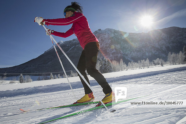 Deutschland  Bayern  Inzell  Skifahrerin in verschneiter Landschaft
