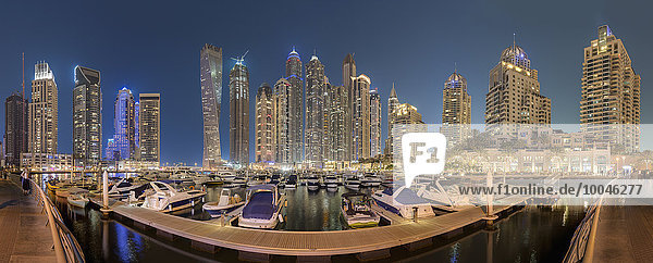 Vereinigte Arabische Emirate  Dubai  Dubai Marina bei Nacht  Panorama