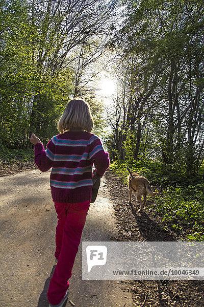 Kleines Mädchen mit dem Hund