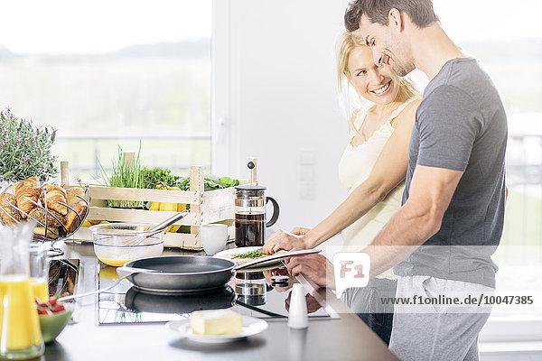 Rührei zusammen in der Küche zubereiten Rührei zusammen in der Küche zubereiten