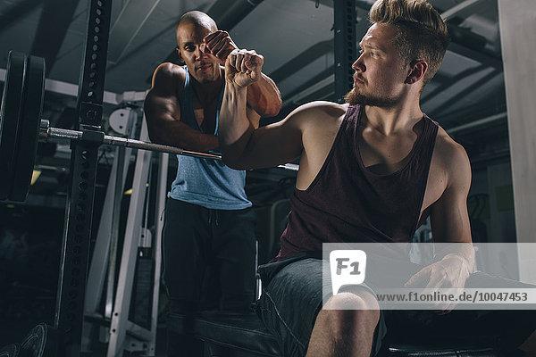 Zwei Freunde im Fitnessstudio