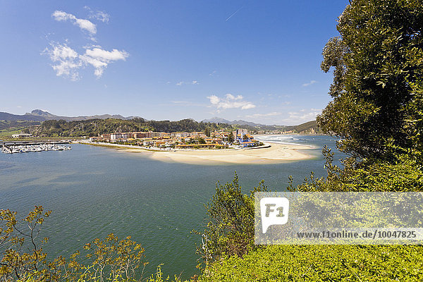 Spanien  Asturien  Ribadesella  Blick auf die Flussmündung des Rio Sella  Pico de Europe im Hintergrund