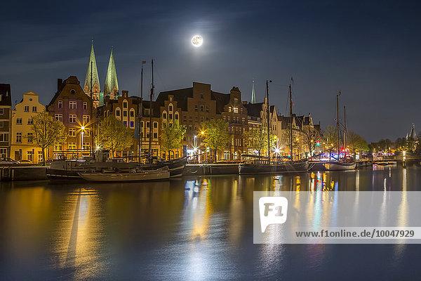 Deutschland  Lübeck  historische Gebäude an der Trave bei Nacht