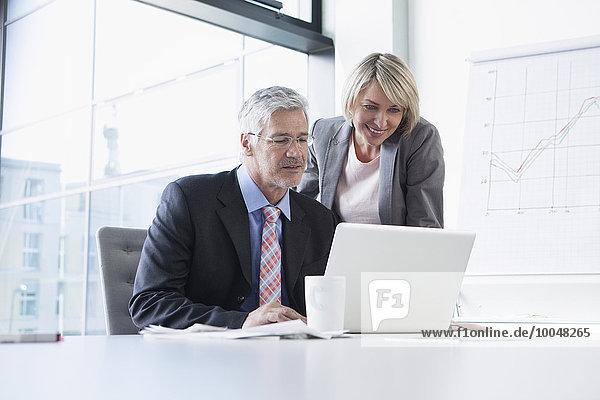 Geschäftsmann und Geschäftsfrau bei der Vorbereitung der Präsentation