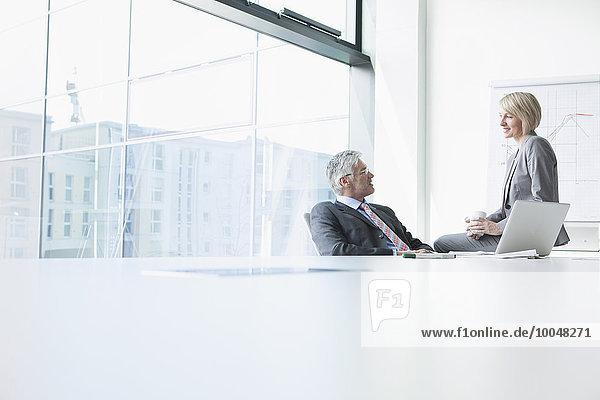 Geschäftsmann und Geschäftsfrau treffen sich informell