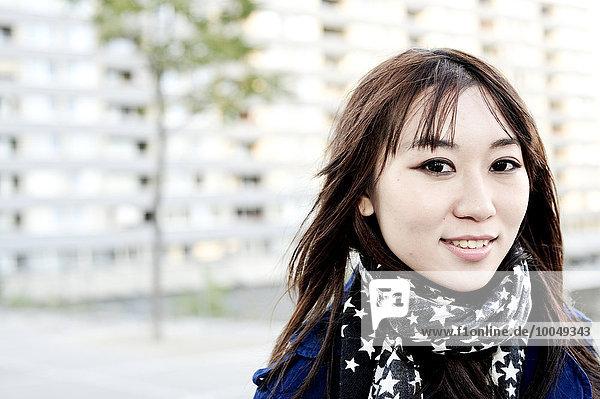 Porträt einer jungen Frau mit Schal