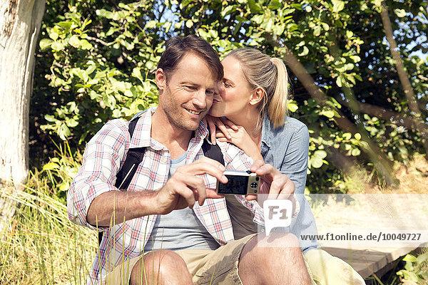 Glückliches Paar in ländlicher Landschaft mit einem Selfie