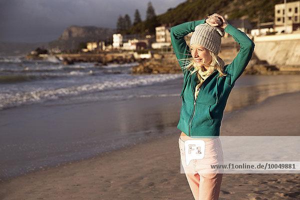 Lächelnde junge Frau am Strand