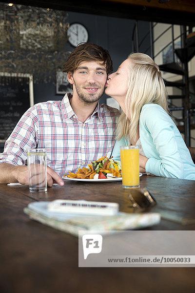 Junges Paar in einem Restaurant beim Mittagessen