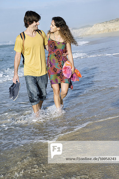 Südafrika  das glückliche Paar  das im Ozean watet