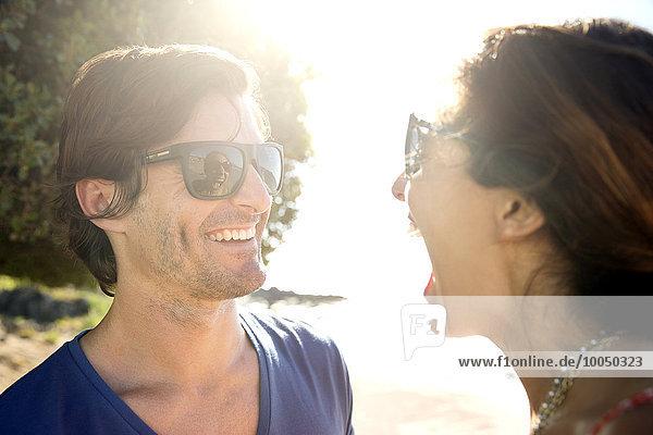 Südafrika  Frau lacht über lächelnden Freund