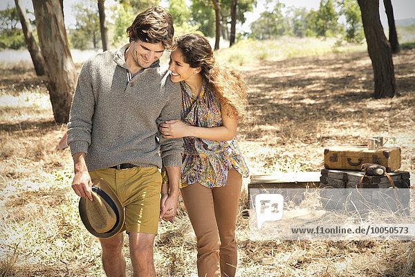Südafrika  glückliches Paar in der Wildnis