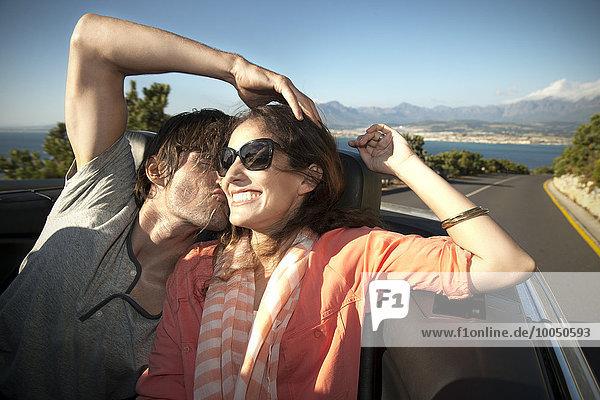 Südafrika  glückliches Paar  das in einem Cabrio fährt