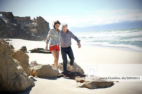 Südafrika  Paar  das am Strand spazieren geht