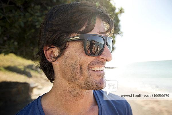 Südafrika  Porträt eines lächelnden Mannes mit Sonnenbrille