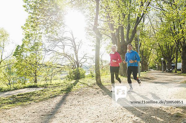 Deutschland  Mannheim  Reife Paarjogging im Park